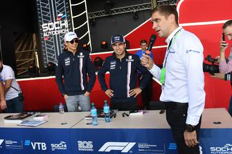 Vitaly Petrov parle avec Sergio Perez, Racing Point Force India F1 Team et Esteban Ocon, Racing Point Force India F1 Team