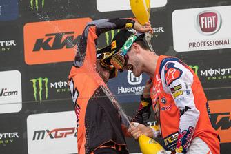 Jeffrey Herlings, Red Bull KTM Factory Racing en Tony Cairoli, Red Bull KTM Factory Racing, vieren feest op het podium