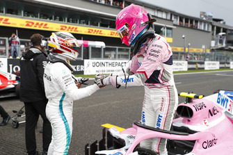 Esteban Ocon, Racing Point Force India, met polesitter Lewis Hamilton, Mercedes AMG F1