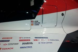 Dettaglio dei nomi sulla #8 Toyota Gazoo Racing Toyota TS050: Sébastien Buemi, Kazuki Nakajima, Fernando Alonso