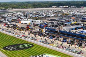 La parrilla y Denny Hamlin, Joe Gibbs Racing, Toyota Camry FedEx Office