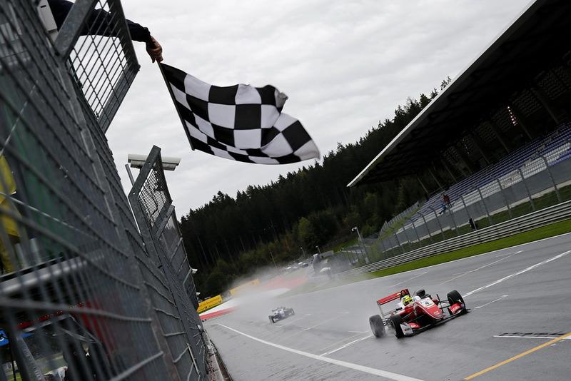 Bandera a cuadros Mick Schumacher, PREMA Theodore Racing Dallara F317 - Mercedes-Benz