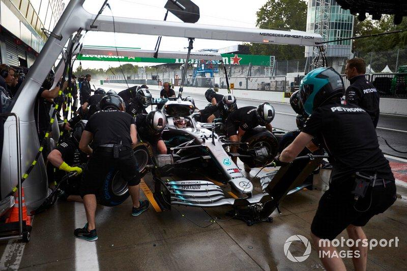 Lewis Hamilton, Mercedes AMG F1 W10, ai box durante le prove
