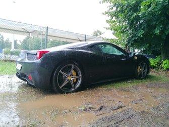 Суперкар Ferrari на парковке