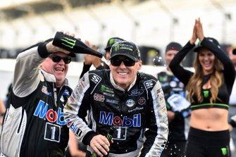 Kevin Harvick, Stewart-Haas Racing, Ford Mustang Mobil 1 celebrates his win