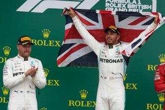 Podio: segundo lugar Valtteri Bottas, Mercedes AMG F1 y el ganador de la carrera Lewis Hamilton, Mercedes AMG F1