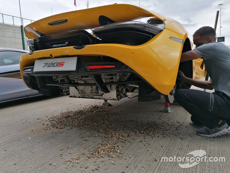 Осмотр спорткара McLaren после заезда с участием Ландо Норриса