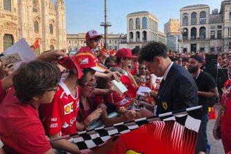 Mattia Binotto firma autografi alla Festa Ferrari a Milano