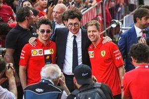 Charles Leclerc, Ferrari, Mattia Binotto, y Sebastian Vettel, Ferrari