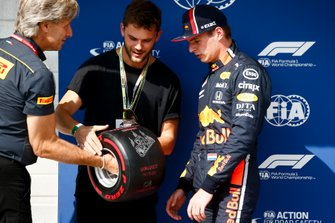 Max Verstappen, Red Bull Racing, ontvangt de Pirelli Pole Position Award
