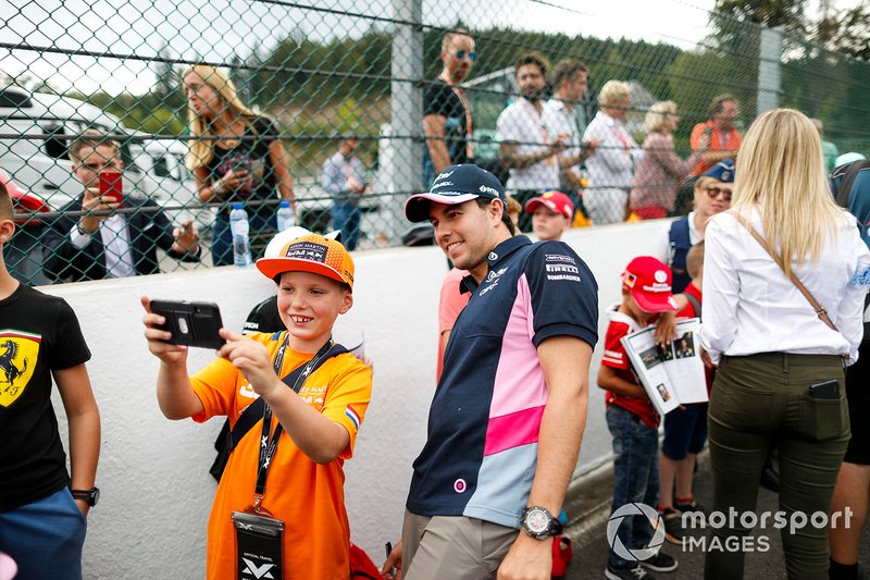 Sergio Perez, Racing Point, in posa con i fan