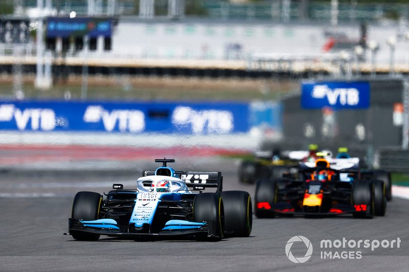 George Russell, Williams Racing FW42, precede Alex Albon, Red Bull RB15