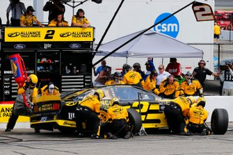 Brad Keselowski, Team Penske, Ford Mustang Alliance Truck Parts pit stop