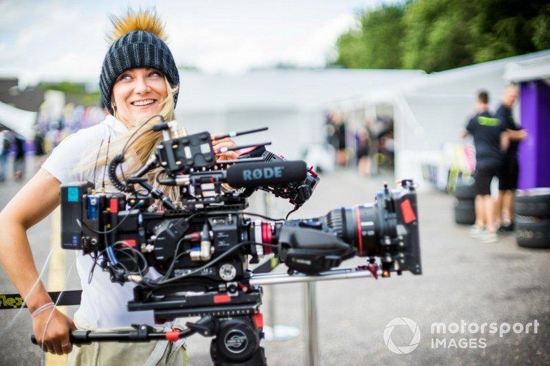 Jessica Hawkins con una cámara de video