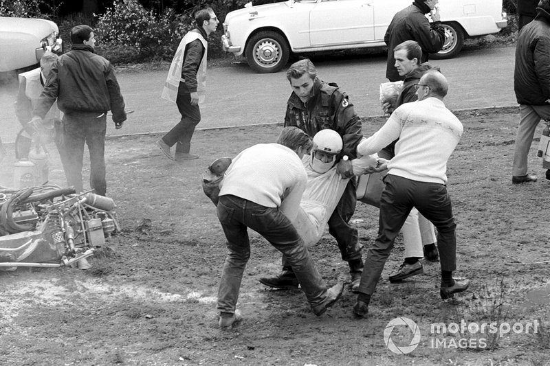 И пока одни «спасатели» буквально по земле волокли британца, получившего тяжелые переломы руки…