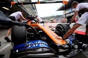 Carlos Sainz Jr., McLaren MCL34, ai box durante le prove