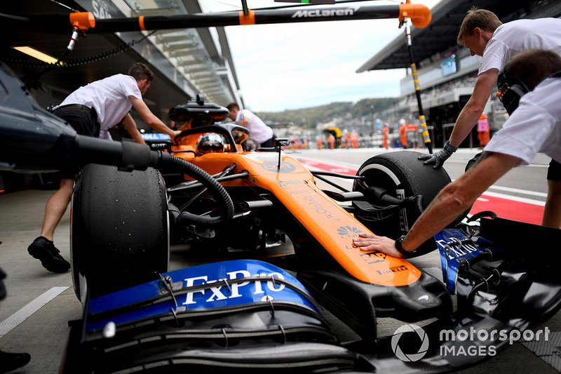 Carlos Sainz Jr., McLaren MCL34, in the pits during practice