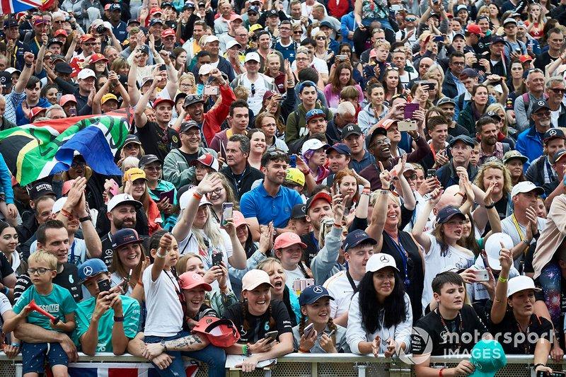 I tifosi osservano Lewis Hamilton, Mercedes AMG F1, sul palco