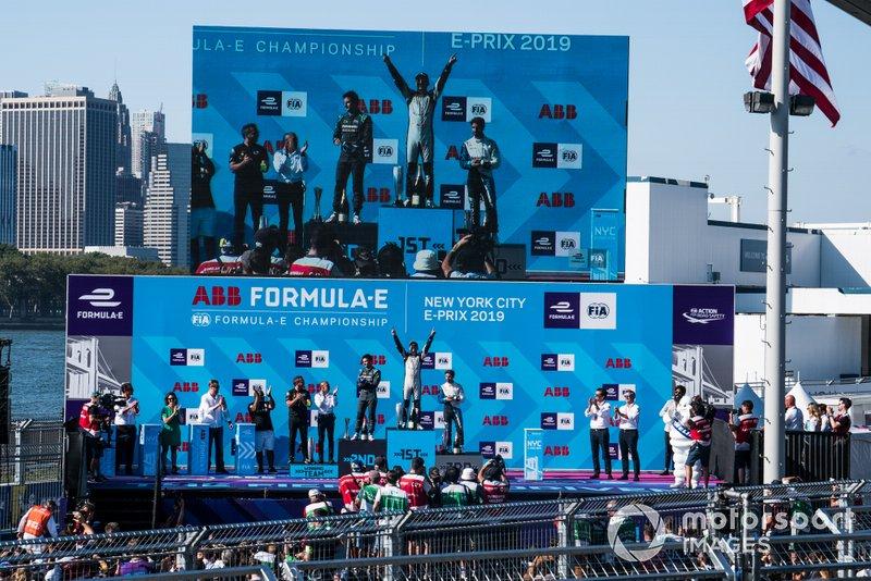 Il vincitore della gara Sébastien Buemi, Nissan e.Dams festeggia sul podio con Mitch Evans, Panasonic Jaguar Racing, seconda posizione, Antonio Felix da Costa, BMW I Andretti Motorsports, terza posizione