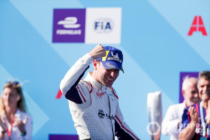 Il vincitore della gara Robin Frijns, Envision Virgin Racing festeggia mentre si dirige verso il podio