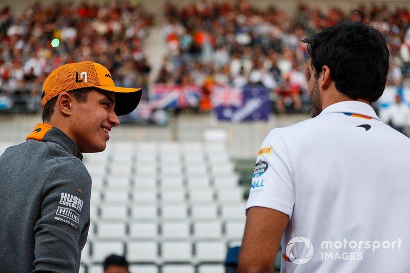 Lando Norris, McLaren, y Carlos Sainz Jr., McLaren