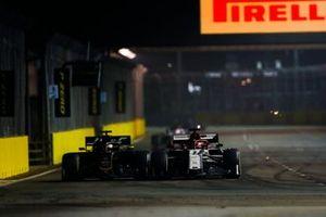 Romain Grosjean, Haas F1 Team VF-19, en Kimi Raikkonen, Alfa Romeo Racing C38