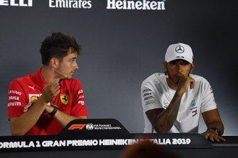 Le vainqueur Charles Leclerc, Ferrari, et le troisième, Lewis Hamilton, Mercedes AMG F1, lors de la conférence de presse