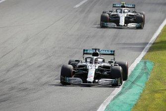 Lewis Hamilton, Mercedes AMG F1 W10, precede Valtteri Bottas, Mercedes AMG W10