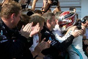 Il primo classificato Lewis Hamilton, Mercedes AMG F1, festeggia al Parc Ferme con il suo team