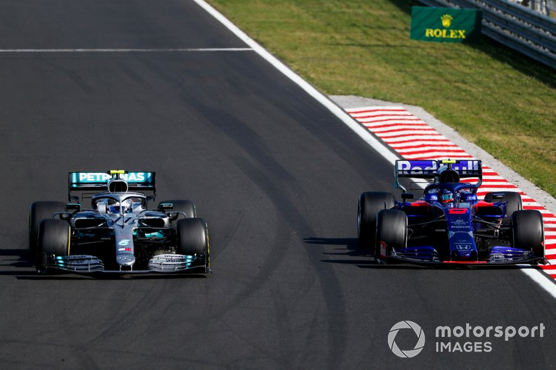 Valtteri Bottas, Mercedes AMG W10, Alexander Albon, Toro Rosso STR14