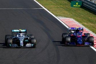 Valtteri Bottas, Mercedes AMG W10, precede Alexander Albon, Toro Rosso STR14