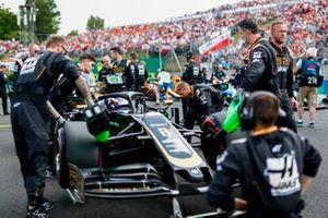Romain Grosjean, Haas F1 Team VF-19, on the grid with mechanics