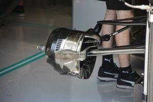 Mercedes AMG F1 W10, suspensión delantera y freno delantero
