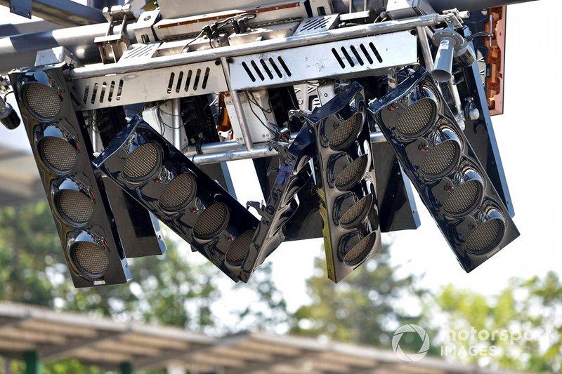 Reparación de las luces de salida después de que un autobús se estrelló contra ellas