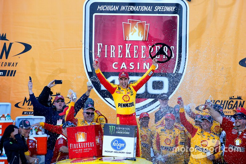 Ganador de la carrera Joey Logano, Team Penske, Ford Mustang Shell Pennzoil