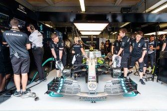 Mechanics in the garage with the car fValtteri Bottas, Mercedes AMG W10