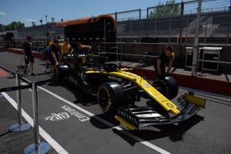 Renault mechanics push the Daniel Ricciardo Renault R.S.19 down the pit lane