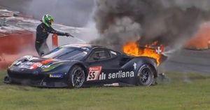 #55 Ferrari pegando fogo em Nurburgring
