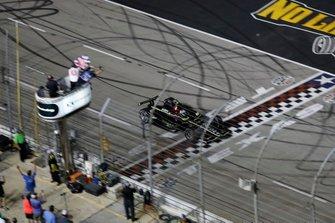 Josef Newgarden, Team Penske Chevrolet, cruza la meta