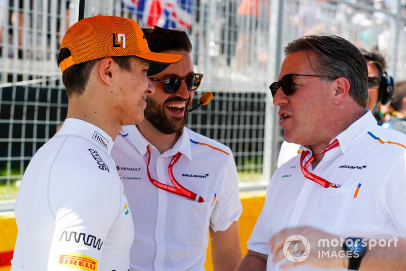 Lando Norris, McLaren, e Zak Brown, Executive Director, McLaren