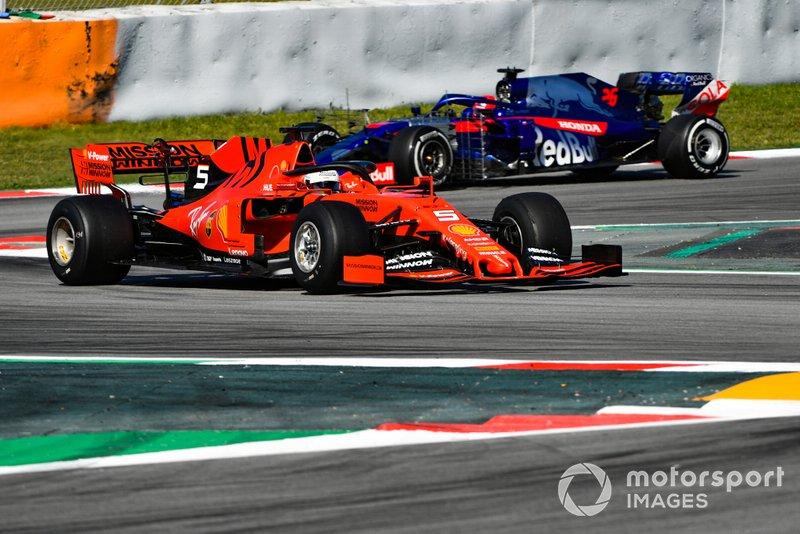 Sebastian Vettel, Ferrari SF90, y Daniil Kvyat, Toro Rosso STR14