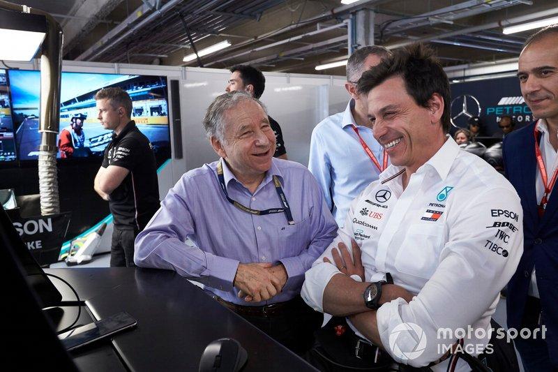 Jean Todt, Presidente FIA, con Toto Wolff, Direttore esecutivo (Business), Mercedes AMG, nel garage Mercede, per le Qualifiche