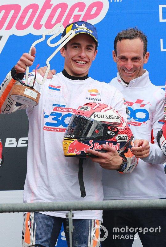 Márquez y Puig en el podio de Le Mans, celebrando la victoria 300 de Honda