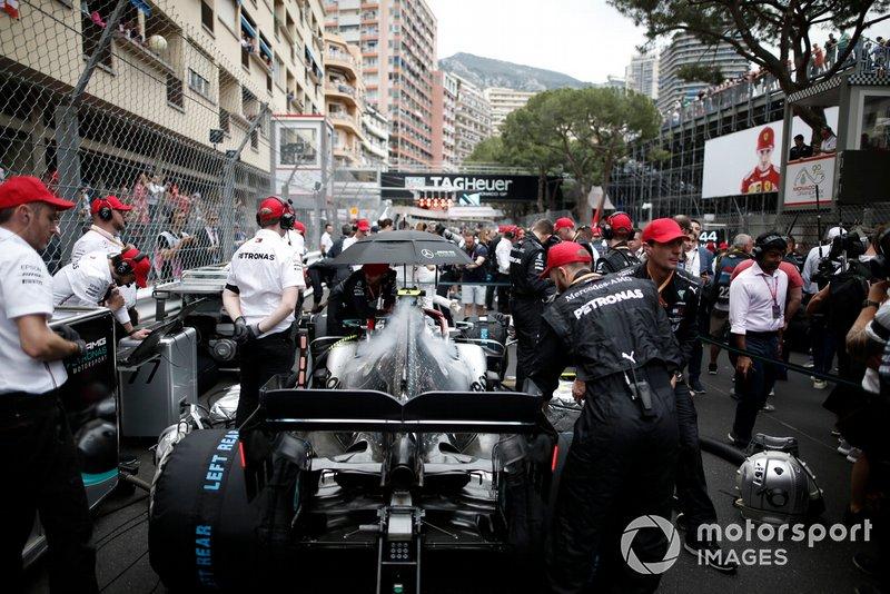 Valtteri Bottas, Mercedes AMG W10, in griglia di partenza