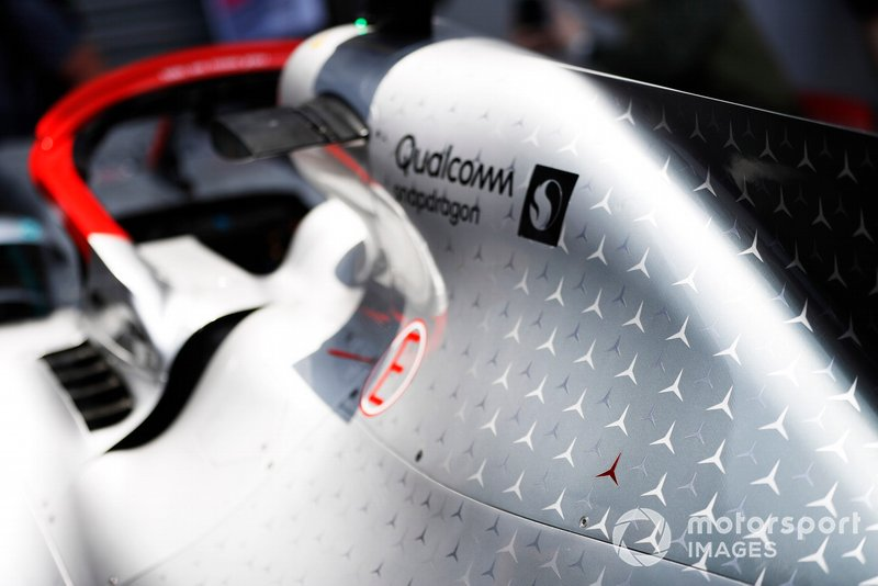 Red 3-pointed star sulla carrozzeria della Mercedes AMG F1 W10 in honour of Niki Lauda
