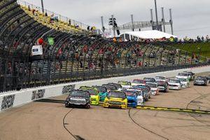 Chandler Smith, Kyle Busch Motorsports, Toyota Tundra Toyota Safelite AutoGlass takes the green flag
