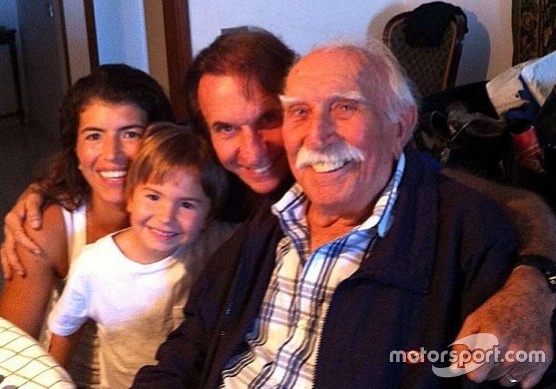 Ao lado da esposa e do filho Emmo, Emerson aparece ao lado do pai Wilson