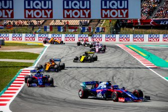 Daniil Kvyat, Toro Rosso STR14, leads Alexander Albon, Toro Rosso STR14, Carlos Sainz Jr., McLaren MCL34, Daniel Ricciardo, Renault R.S.19, and Sergio Perez, Racing Point RP19