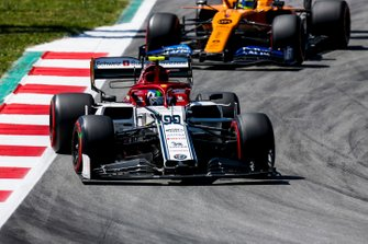 Antonio Giovinazzi, Alfa Romeo Racing C38, leads Lando Norris, McLaren MCL34