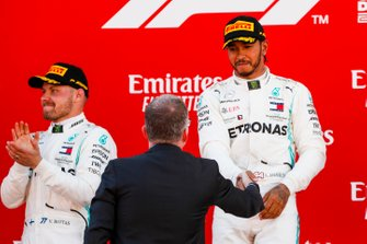 Lewis Hamilton, Mercedes AMG F1, primo posto, riceve il trofeo